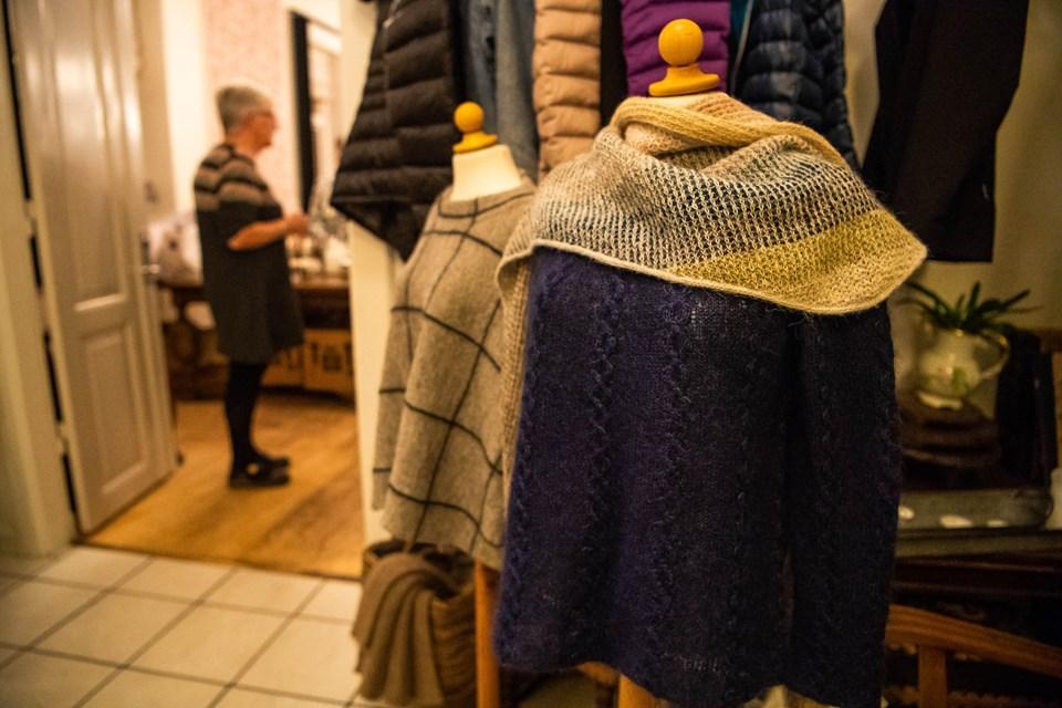 Et udsnit af butikken, som er opstillet i Café Holmen, når der afholdes strikkecafé. Foto: Diana Holm