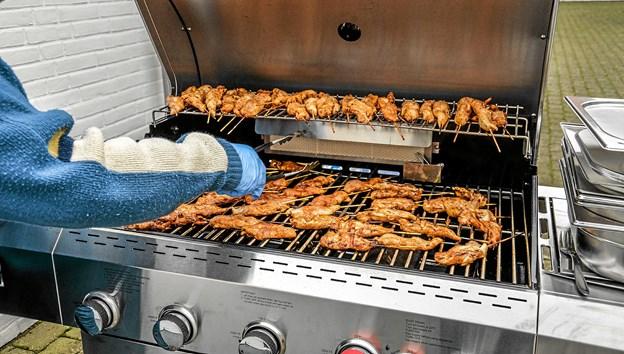 Masser af lækre kyllingefileter på grillen og senere pølser. Foto: Mogens Lynge