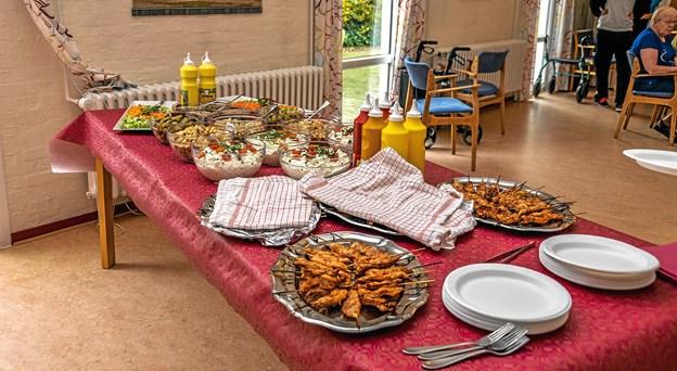 Flot bord med diverse salater samt de ny-grillede kyllingestykker og senere pølser. Foto: Mogens Lynge