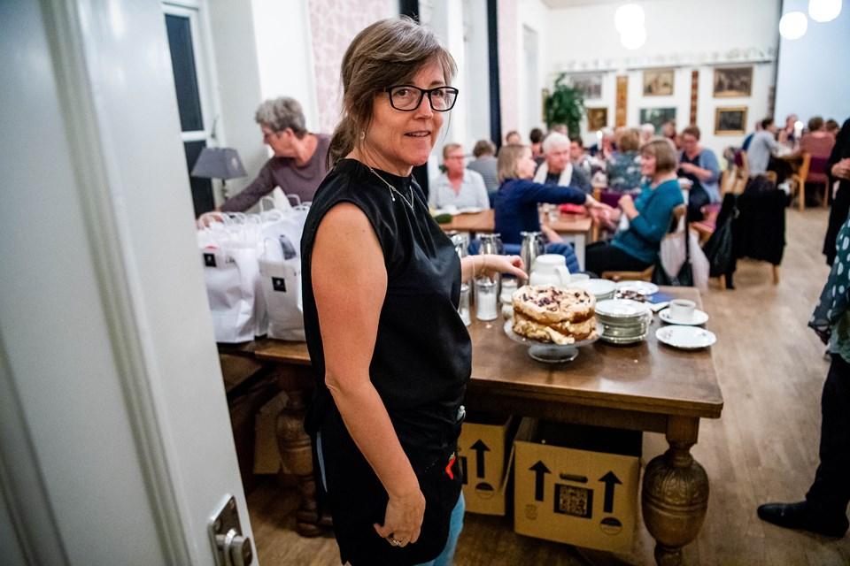 Bethina Holm foran kagebordet. Foto: Diana Holm