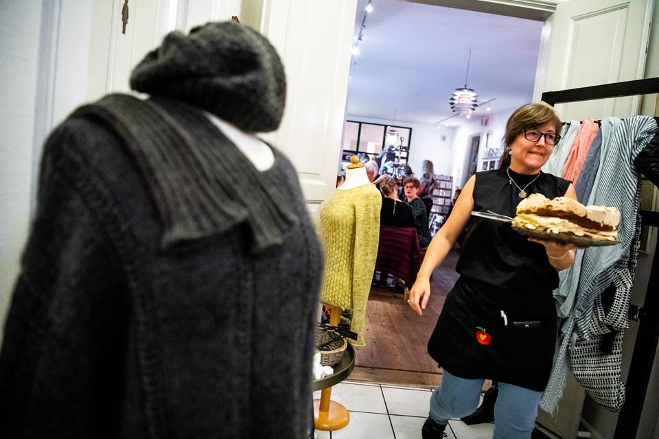 Bethina Holm bærer kage ind til de strikkende kvinder. Foto: Diana Holm