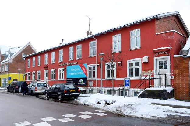 Myhlenberg Byg A/S vil opføre lejligheder og erhvervslokaler i to en halv etage, hvor den gamle kro i Arden ligger i dag. Arkivfoto: Lars Pauli