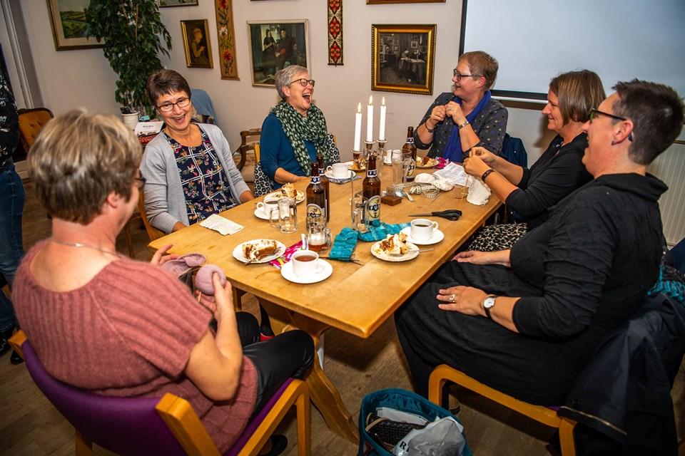 En masse kollegaer fra apoteket i Nykøbing var taget til strikkecafé. Foto: Diana Holm