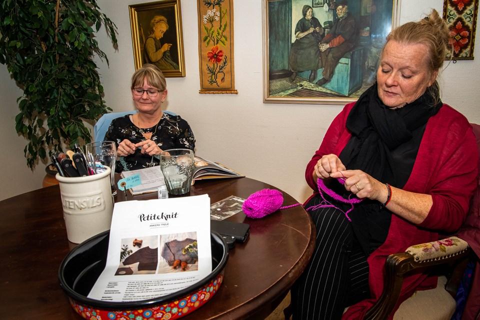 Pia Smakic og Pia Frandsen er kommet til strikkecafé, siden det startede op for godt fire år siden. Foto: Diana Holm