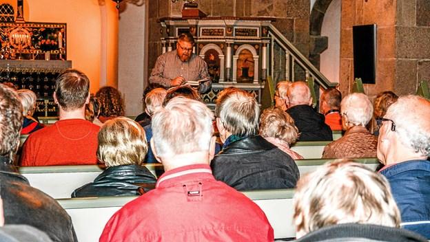 Der var stort set fuldt hus i Salling Kirke, da første etape af salmestafetten løb af stablen i torsdags Foto: Mogens Lynge