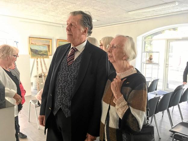 Mouritz Nørgaards yngste datter, Hanne Fie Povlsen, havde taget sin ven John Melander med til ferniseringen. Hun kunne kende flere af malerierne fra barndomshjemmet. - Men der er også flere, jeg har aldrig har set før, fortalte hun.
