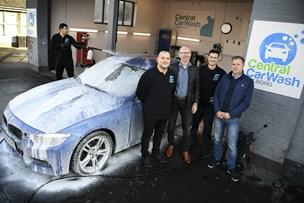 Bilvask på abonnement er populært: Her vasker de bilen i hånden