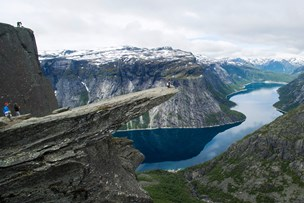 Danskere reddet fra vandmasser på vej mod norsk klippe