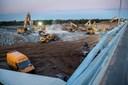 Se video: Betonen stod om ørerne da motorvejsbro blev fjernet