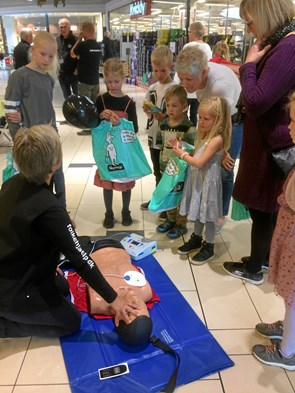 Børn og voksne lærte hjertemassage i Hjørring