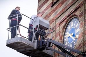 Brian flyver højt til tops over byens tage