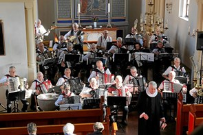 Harmonikatoner fyldte kirken