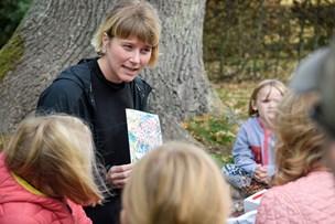 Emila bringer kunst fra hovedstaden til Thy: Hej børn - det er også jeres malerier