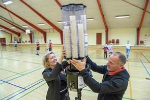 Ny boldmaskine til badmintonholdet