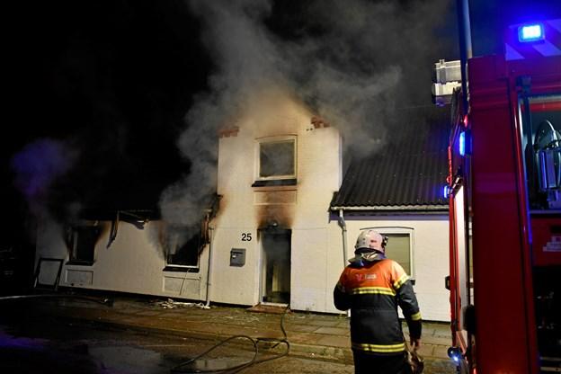 Beboere flygtede ud af hus: Eksplosionsagtig brand bredte sig med lynets hast