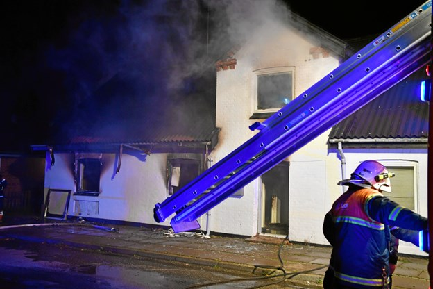 Eksplosionsagtig brand: 44-årig anholdt
