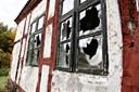 Huller i taget og smadrede vinduer: Herregård endt som ruin - men ejer må ikke rive den ned