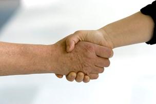 Klummeskribent: Smykkelov, tørklæder, spyttemand og håndtryk - hvor skred vore værdier hen?