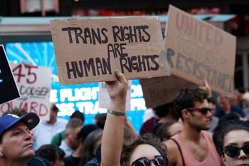 USA's præsident Trump overvejer at tilbagerulle transkønnedes mulighed for selv at kunne bestemme deres køn.