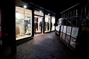 Rambuk-kup: Tyve kørte bil ind i butik