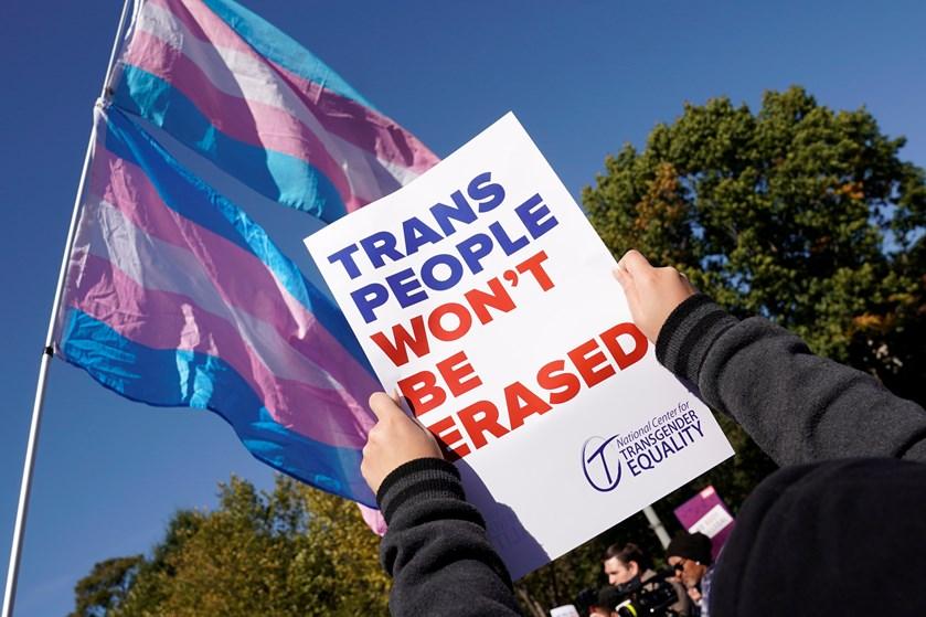 Et forslag om transkønnedes rettigheder afføder kritik og demonstrationer foran Det Hvide Hus Washington.