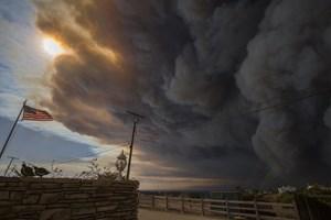 Lady Gaga og Kim Kardashian er blandt de mange evakuerede i Californien, der hærges af voldsom skovbrand.