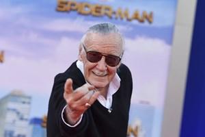 Stan Lee var manden bag Spiderman, X-Men, Hulken og en række andre tegneseriehelte. Han døde mandag 95 år.