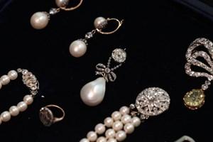 Den tidligere franske dronnings dråbeformede perle blev onsdag solgt for godt kvart milliard på auktion.