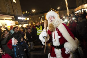 Julemandens postkasse bliver sejlet til byen Uummannaq, hvor dansk julekalender fra 1989 blev optaget.