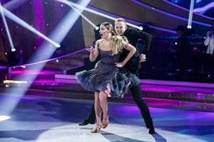 Fredag aften dansede to skuespillere sig videre til finalen i det store show, mens en røg ud.