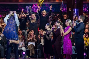 """4500 kroner kan Søs Egelind ende med at vinde, hvis hendes datter napper trofæet i """"Vild med dans""""."""