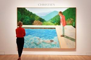 Et stort maleri af kunstneren David Hockney blev torsdag solgt for over en halv milliard kroner i New York.