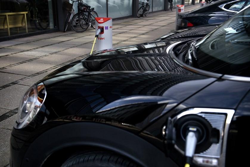 Billigere elbiler kom ikke på finansloven. Finansminister Kristian Jensen (V) siger, at der er penge til dem.