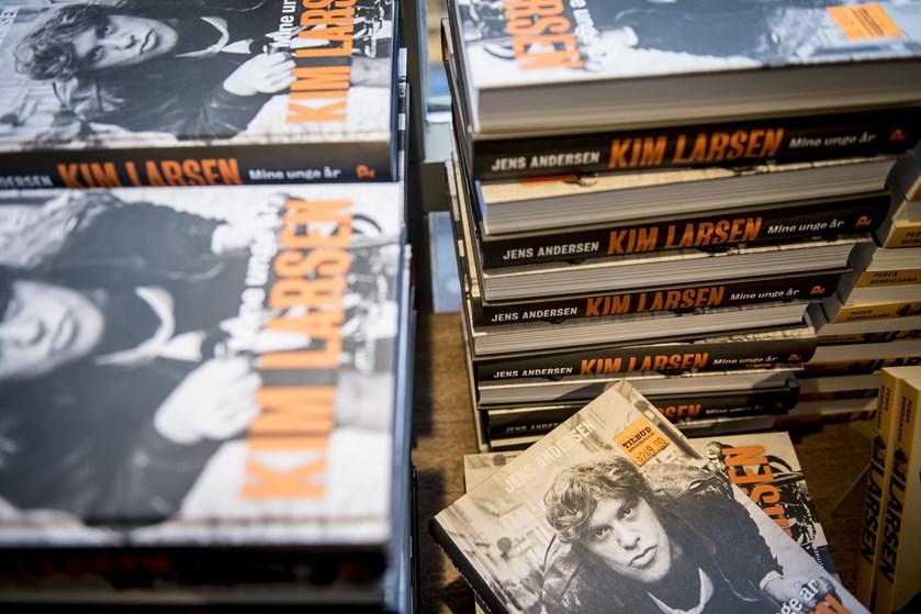 Musikeren Kim Larsen, der døde i september, er en fremragende fortæller i en ny bog, lyder anmeldernes dom.