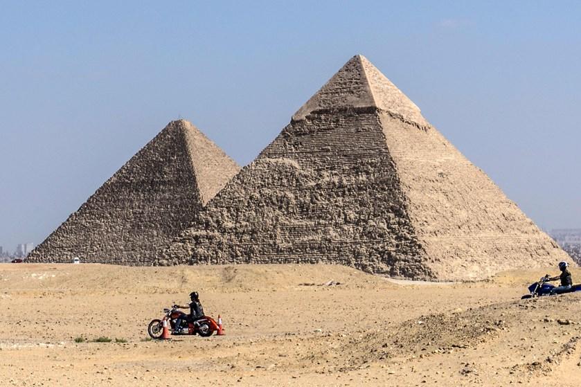 To danskere er nøgne på toppen af en pyramide i en YouTube-video. Egyptisk minister har nu taget affære.