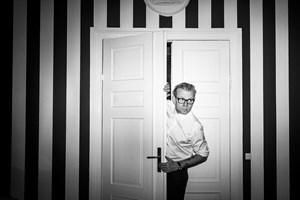I en ny serie - en såkaldt mockumentary - indtager den danske komiker Norge.