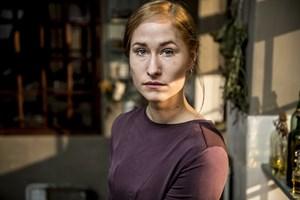 """Rosalinde Mynster og Karen-Lise Mynster spiller den samme rolle i filmen """"Christian IV – Den sidste rejse""""."""