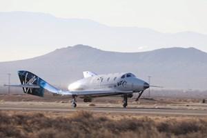 Rigmanden Richard Branson får held med test af bemandet rumfly. Første turister ventes at tage turen i 2019.