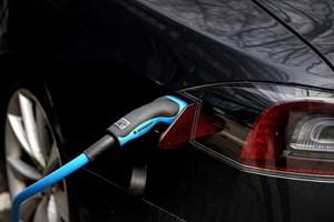 Den enorme efterspørgsel på elbiler i Norge er en udfordring for importørerne og forhandlere af biler i Norge.