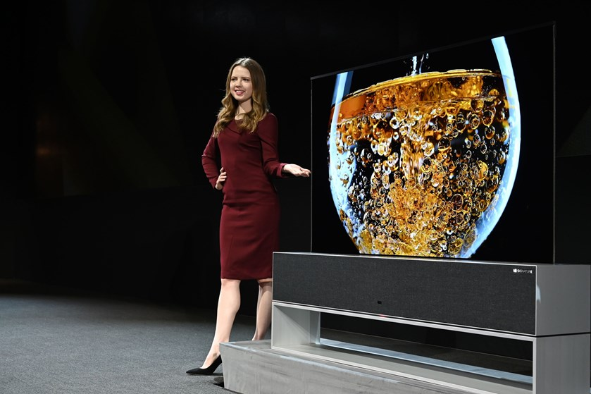 Vi ser stadig mere tv på stuens store fladskærm, som bliver større og skarpere. Nu kan den også rulles sammen.