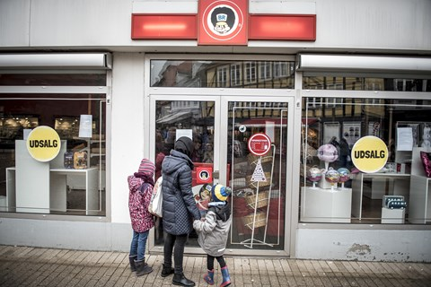 Alt fra tøjkæder til byggemarkeder og restauranter står på spring for at overtage Top-Toys legetøjsbutikker.