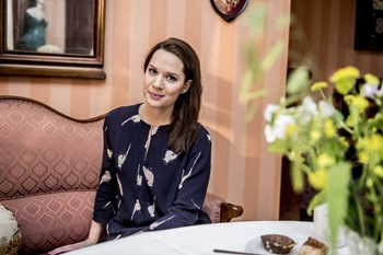 """Skuespiller Amalie Dollerup ved aldrig på forhånd, hvad der sker med hendes karakter i """"Badehotellet""""."""