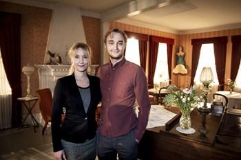 """Lue Støvelbæk er søn af skuespiller Lars Mikkelsen og Anette Støvelbæk, som også medvirker i """"Badehotellet""""."""