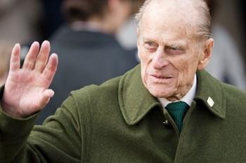 Dronning Elizabeths 97-årige mand er to dage efter biluheld tilbage bag rattet - uden sikkerhedssele.