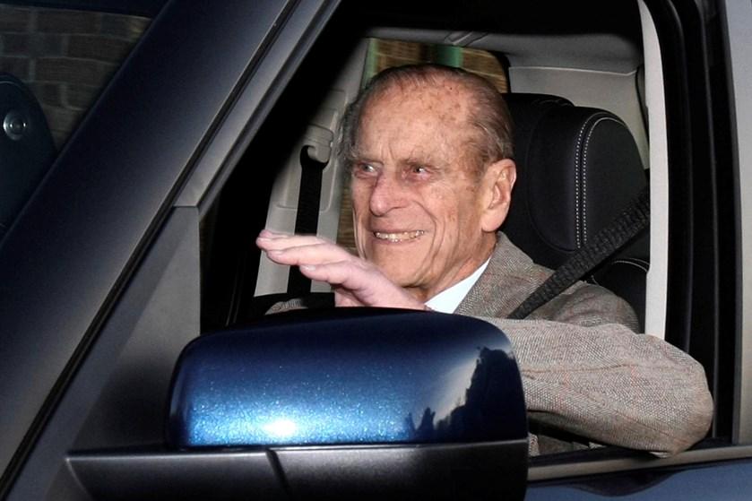 97-årige britiske prins Philip vil stoppe med at køre bil, efter at han ramte en anden bil og kvæstede to.