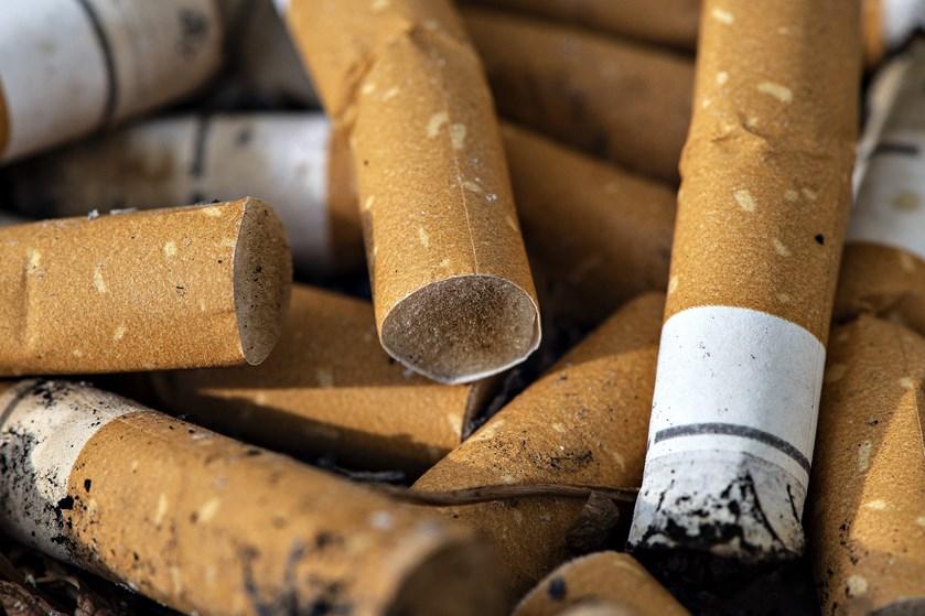 Danskerne skal have klart svar på, hvad S og V mener, at cigaretter skal koste, siger De Konservative.