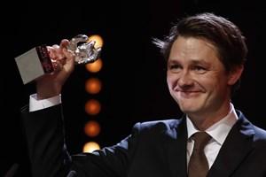 Den 45-årige danske filmfotograf Rasmus Videbæk har modtaget den prestigefulde Sølvbjørn i Berlin.