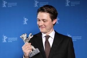 Filmfotografen Rasmus Videbæk er stolt efter at have modtaget den internationale pris Sølvbjørnen i Berlin.