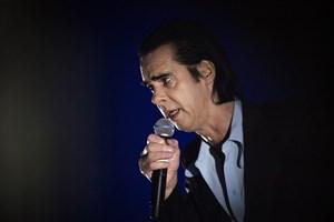 Nick Cave giver koncert i København i maj. Han vil spille sine sange på klaver og tale med publikum undervejs.