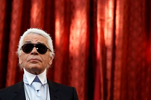 Karl Lagerfeld, der fra 1983 stod i spidsen for modehuset Chanel, er død. Han blev 85 år.